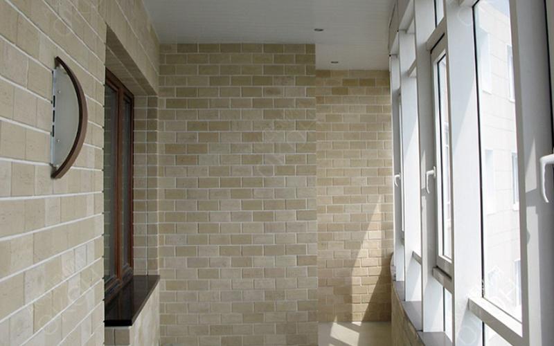 Отделка балкона декоративным камнем: имитация дорогой кладки.